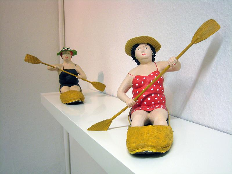 Paddlerinnen Pappmachéfiguren von Johanna Iversen