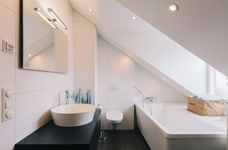 Kleine badkamer met schuin dak  Kleine badkamersnl