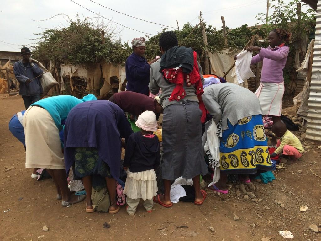 Kleren uitdelen in sloppenwijk 2016