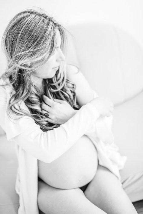 Schwangerschaftsfotos zu Hause Babybauchfoto schwarz weiß locken offene Haare Mama kleiner Nordfuchs