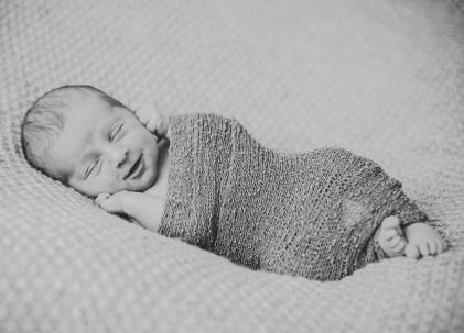 Neugeborenenfotografin Newbornphoto schwarz weiss Newbornwrap Heilbronn Beilstein