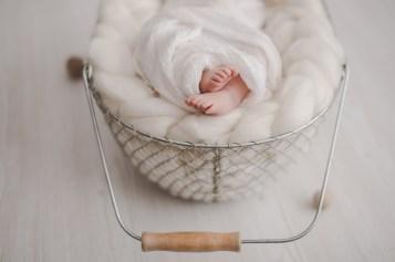 Newbornfotografin Neugeborenenfotos Babyfotos Fotografin Körbchen weiß wolle Holz Detail Füße sanft nordisch Michaela Klose