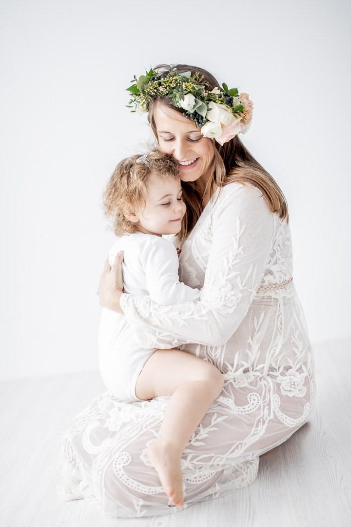 Motherhood Babybauchfotos im Studio  weiß, hell, Haarkranz