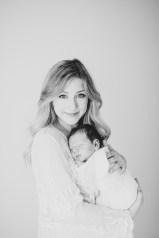 Neugeborenes im Moseskorb Olivenzweig Newbornphoto Weiß in weiß