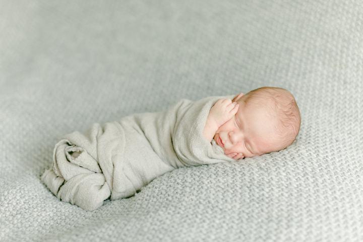 Neugeborenenfotos Grau
