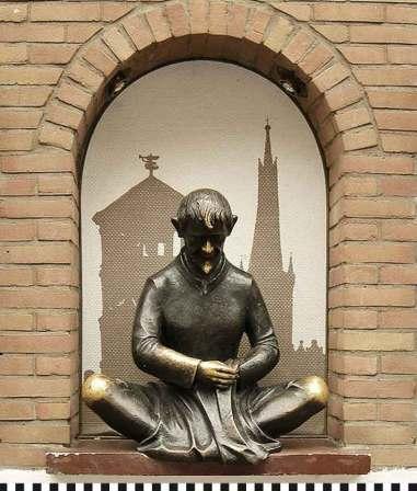 Anfassen soll Glück bringen: die Schneider-Wibbel-Statue in Düsseldorf