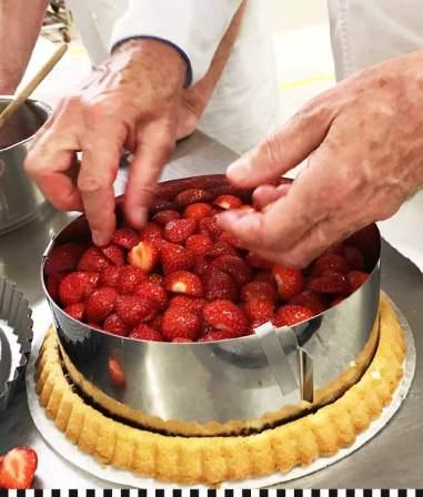 In einem hohen Ring werden die Erdbeeren aufgeschichtet, erst die ganzen, dann die halbierten