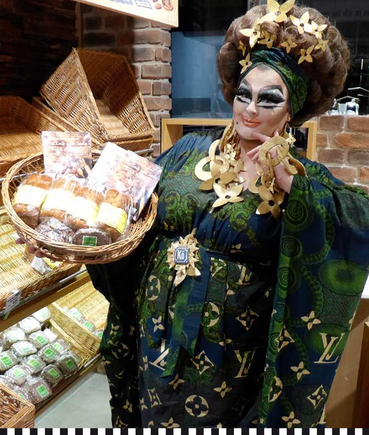 Die Freifrau von Kö präsentiert eine Brotauswahl der Konditorei Heinemann