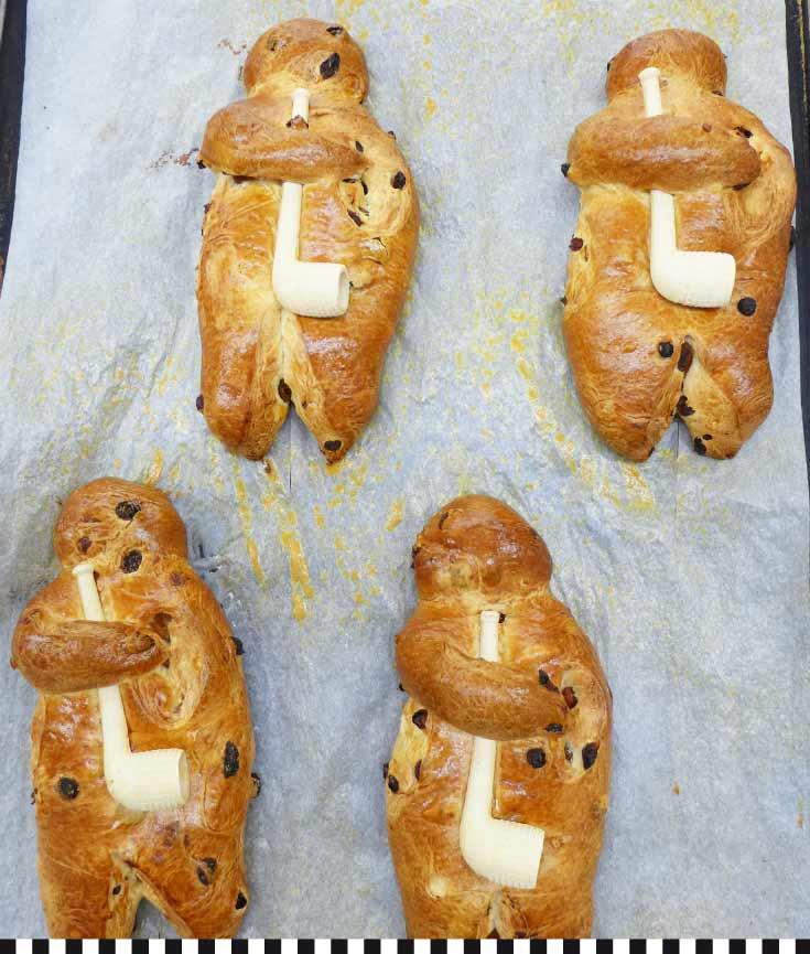 frisch gebackene Weckmänner auf einem Blech
