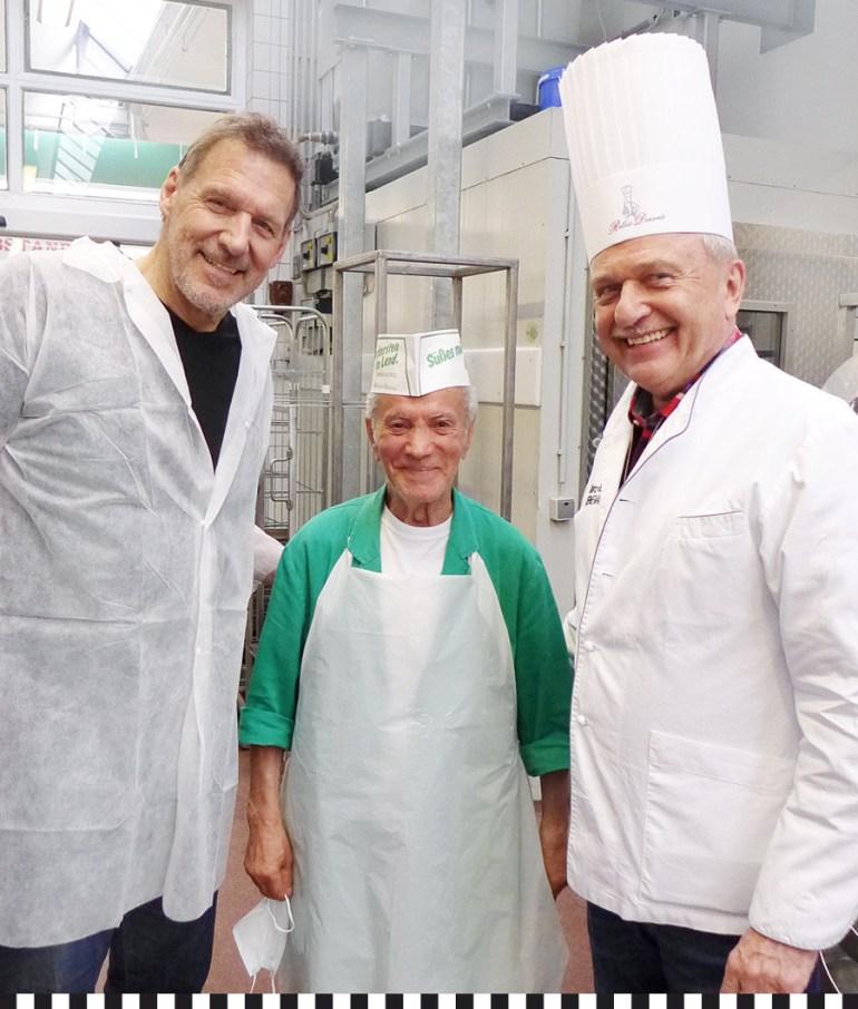 Ralf Moeller und Heinz-Richard Heinemann umrahmen den ältesten Mitarbeiter der Konditorei Heinemann