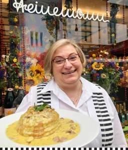 Frau Matzky serviert die Heinemann-Pastete mit einem Lächeln