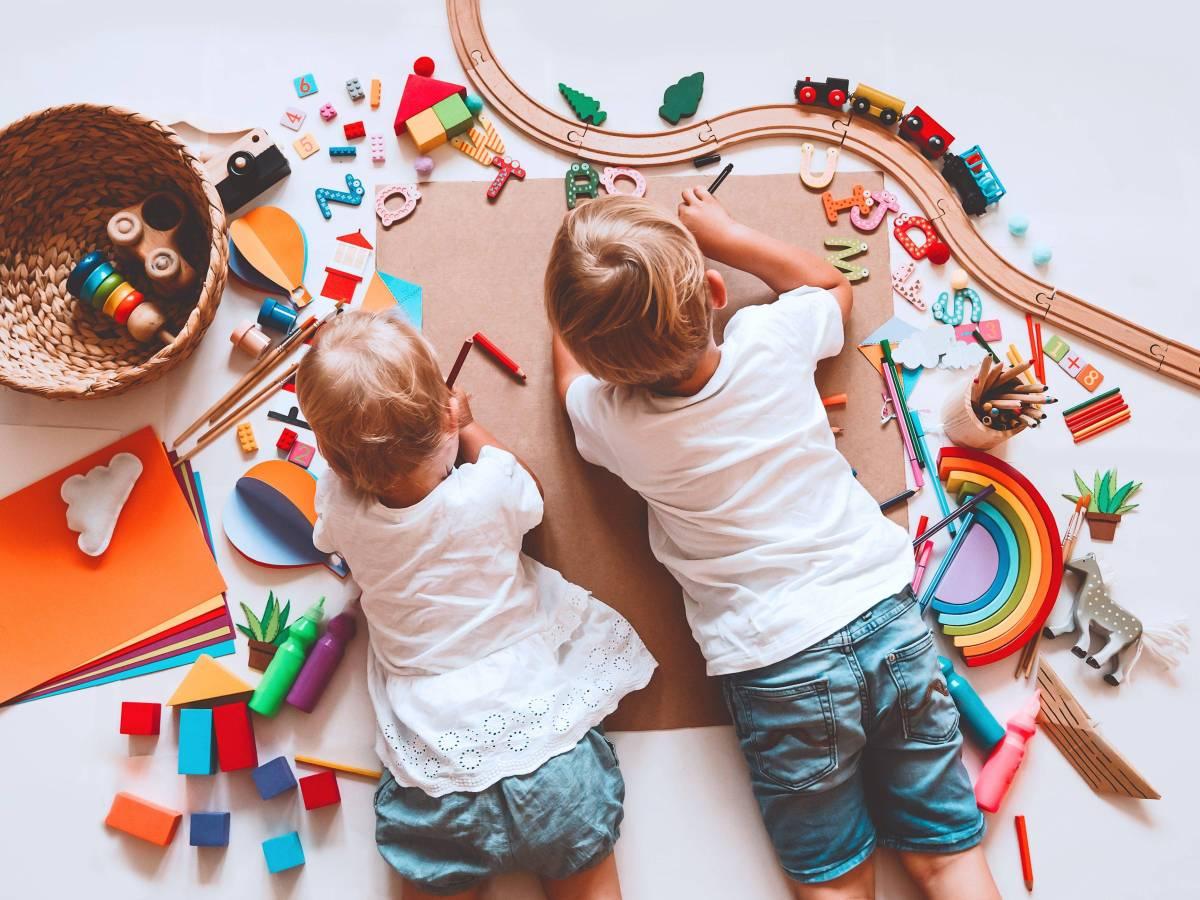 Kinder_spielen_zu_Hause