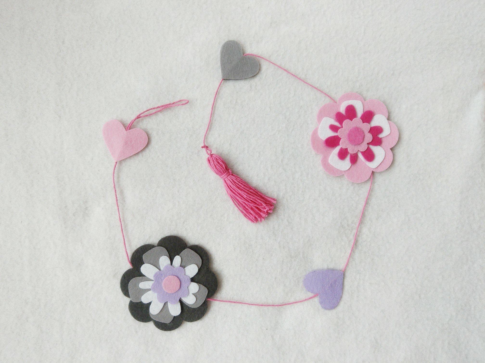 Blumengirlande aus Filz basteln – DIY Fenster Dekoration für den Frühling
