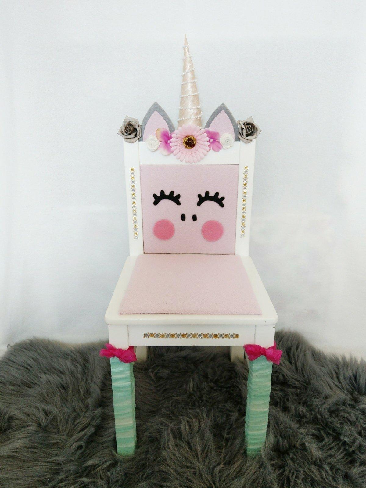Süßer Stuhl für kleine Mädchen. Upcycling mit dem Ikea Knitter lassen im sitzen von Einhörnern träumen.