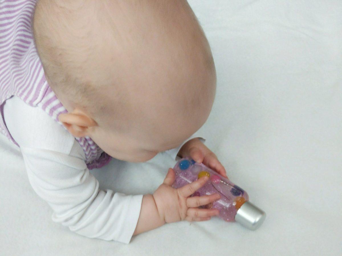 Eine tolle Beschäftigung für das Baby ist eine Sensorikflasche. Der bunte Inhalt und das Glitzer fasziniert kleine Kinder immer wieder.