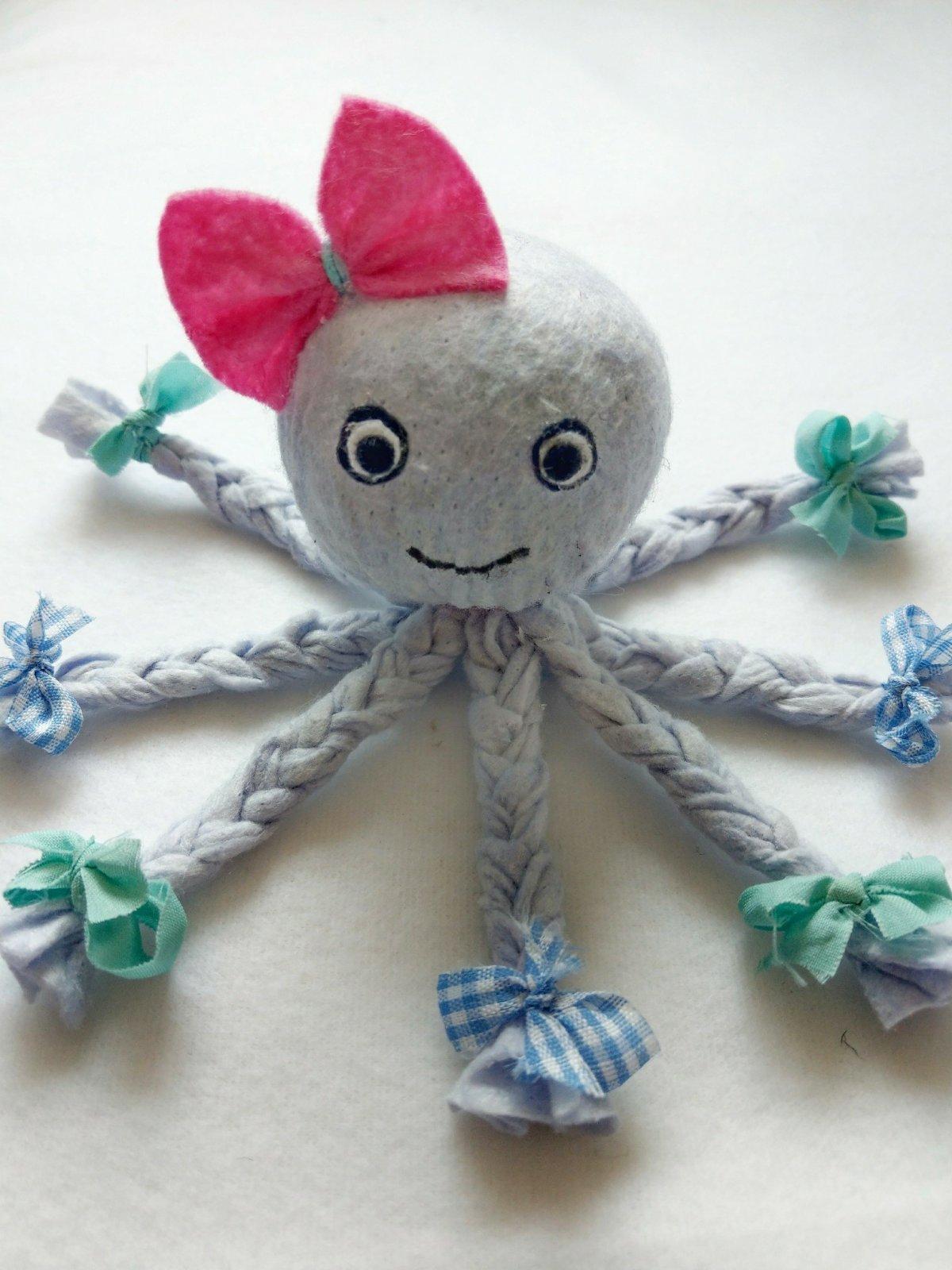 Ein süßer Octopus zum Selbermachen. Als Deko für das Badezimmer oder als Schmusetuch für das Baby. Geschenkidee ohne nähen schnell und einfach Bastelidee.