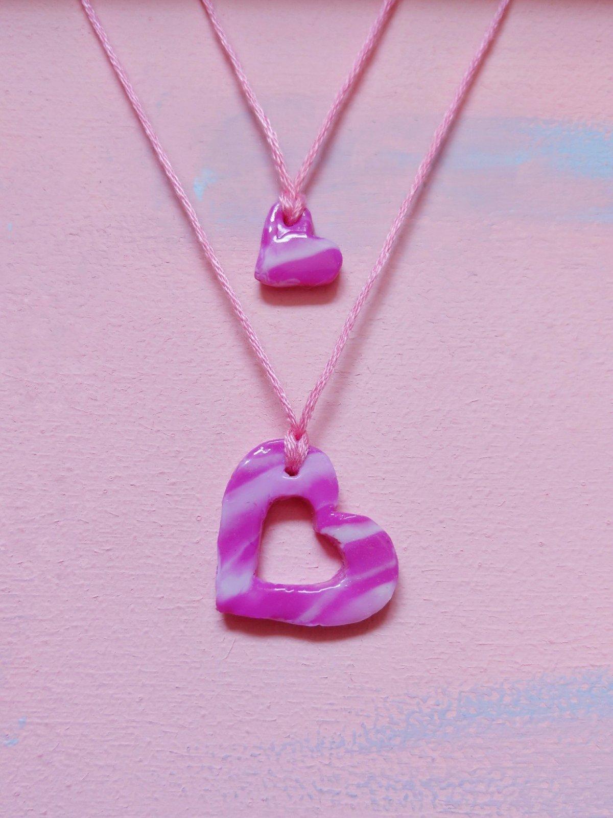 Sucht ihr noch nach einem tollen DIY für Mütter und Tochter? Wie wäre es mit einer süßen Herzkette? Die Kette lässt sich einfach aus Fimo basteln und ist ein echter Hingucker. Die Herzanhänger passen ineinander. So hat euer Kind immer einen Teil eures Herzens dabei.