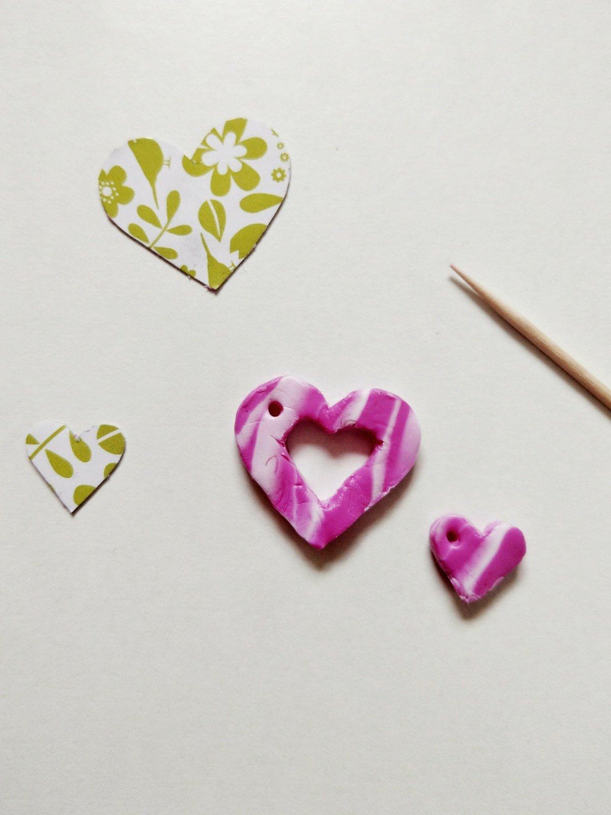 Heute geht es um selbstgemachten Schmuck aus Fimo. Ich zeige euch wie ich eine Mutter-Tochter-Kette selbst hergestellt habe. Entstanden sind zwei süße Herzanhänger.