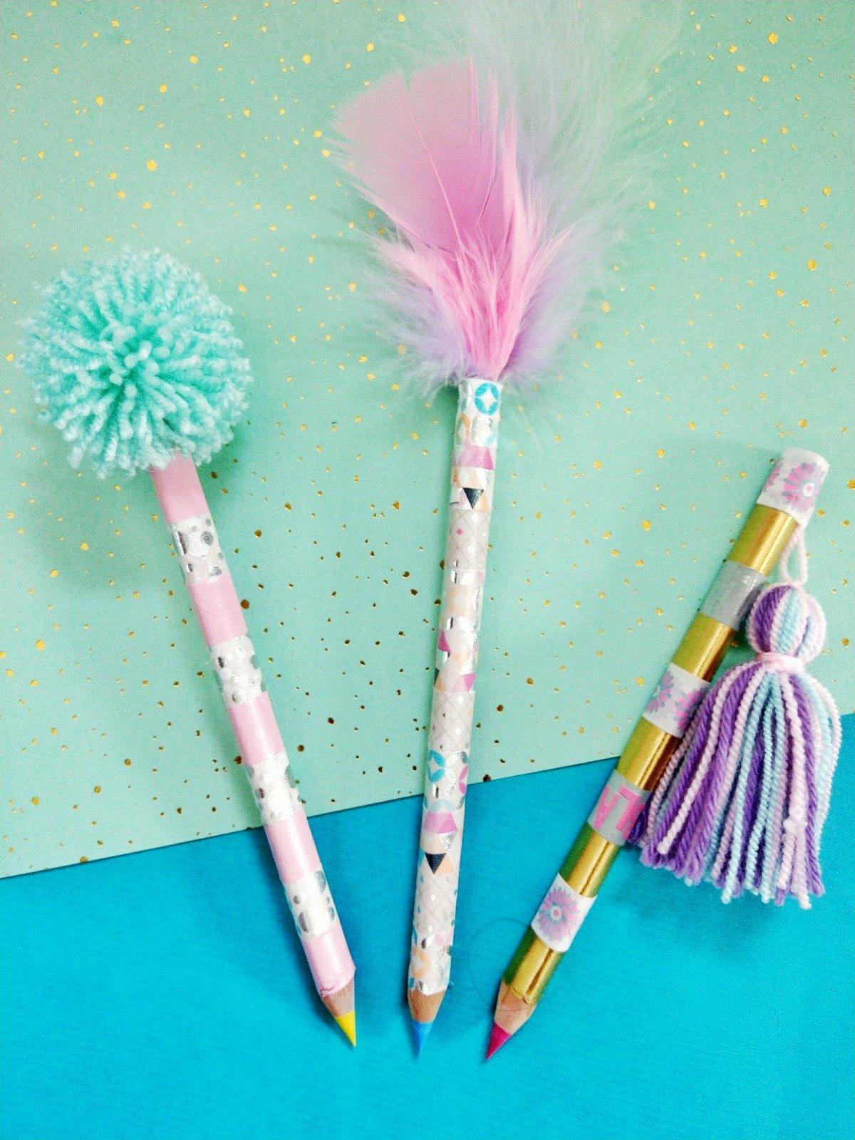 Stifte mit Federn, Ponpons und Quasten aufhübschen. Tolle DIY Back to School Idee für Kinder. Einfach und schnell mit Kindern basteln