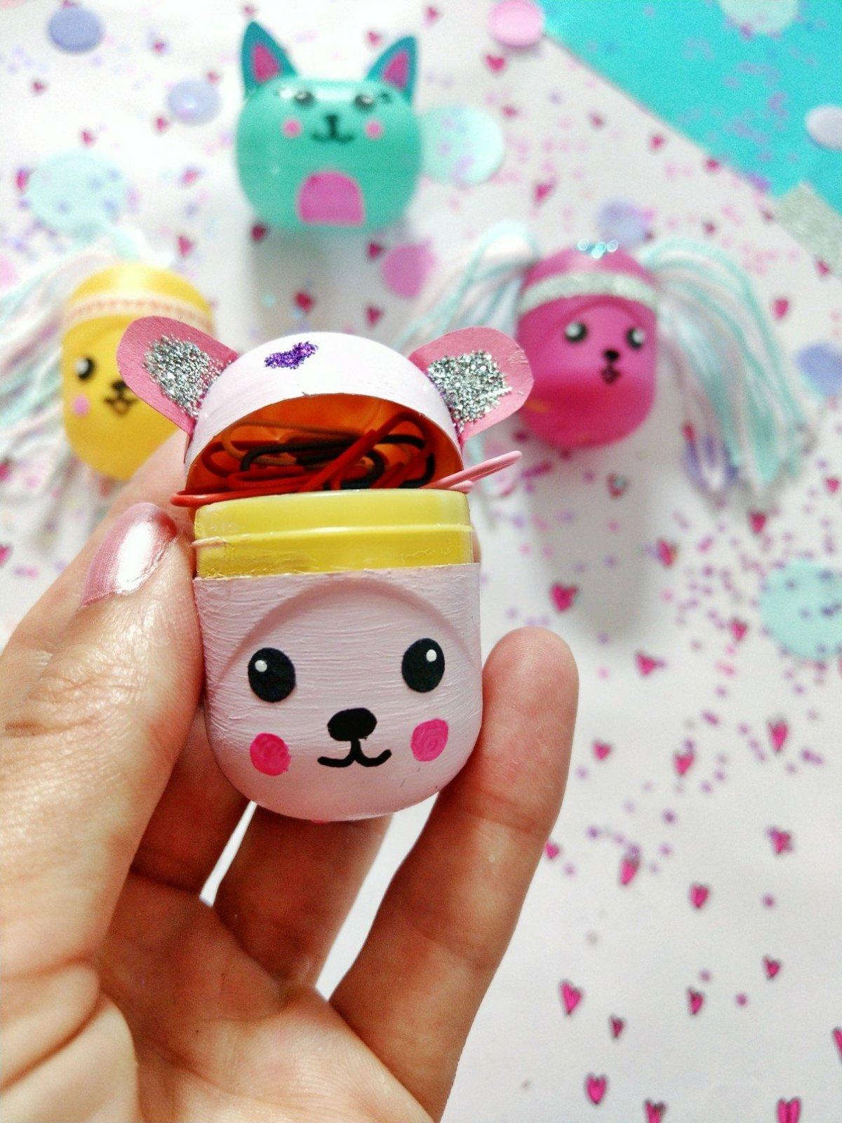 Tolle Bastelidee für Überraschungseier zum selber machen mit Kindern. Tolle Verpackung für kleine Dinge. Egal ob für die Schule oder als Geschenk, diese lustigen Eier findet jeder süß.