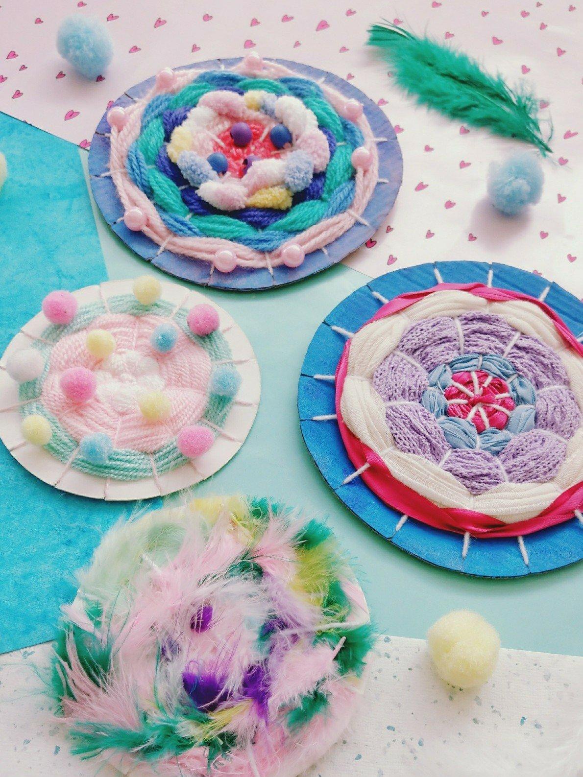 Es muss nicht immer nur Wolle sein. Mit Naturmaterialien wie Federn oder Blumen kann man auch tolle Webhilfe zaubern. Oder ihr webt Perlen mit ein und verziert euer Webbild mit Pompons.