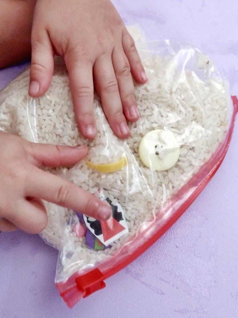 Tolle Beschäftigung für Kinder - Gefrierbeutel mit Reis und kleinen Gegenständen füllen und schon habt ihr ein tolles Suchspiel