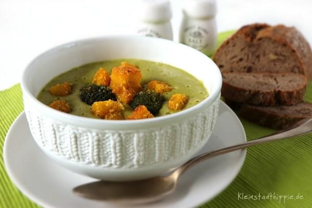 Brokkolicremesuppe mit Polentacroutons vegan