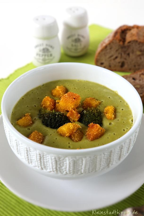 Vegane Brokkolicremesuppe mit Polentacroutons