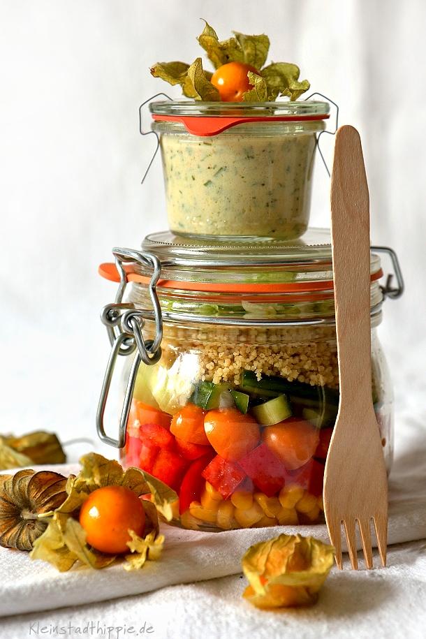 Salat zum Mitnehmen mit Kräuter-Joghurt-Dressing