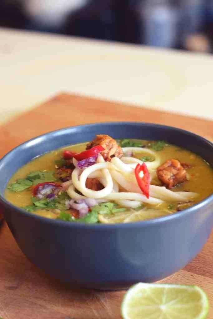 Khao Soi Noodlessoep soep kleinstesoepfabriek vegan tempeh soep aziatische soep udon noodles pittig rode peper limoen rode ui koriander soup delicious easy dinner lunch soup