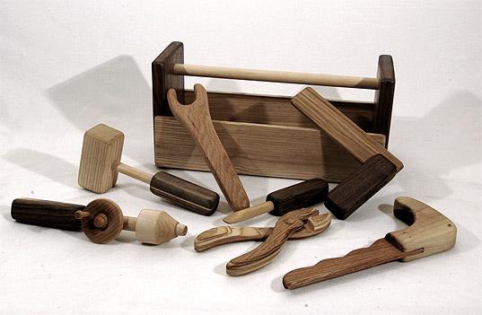 Kinder werkzeug via inhabitots easy-to-love-wooden-toolbox-1