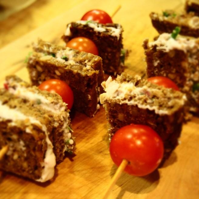 Tomaten-Quark-Vollkornbrot-Spieße