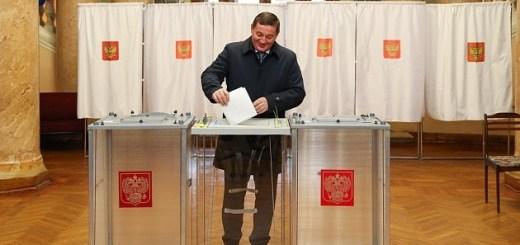 Андрей Бочаров проголосовал на избирательном участке в волгоградском планетарии