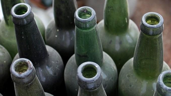Leere, alte und verstaubte Flaschen