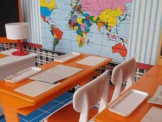 Klassenzimmer einer Puppenstuben-Schule