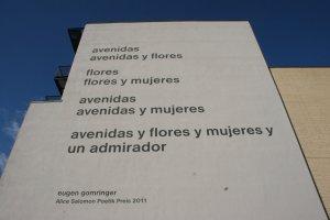 Gedicht Avenidas von Eugen Gomringer an der Wand der Alice-Salomon-Hochschule, Berlin