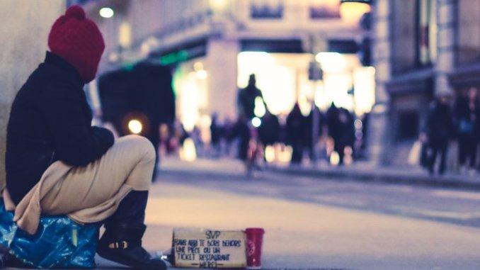 Bettler in einer Einkaufsstraße
