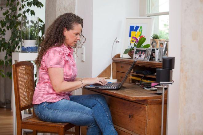 Simone sitzt am Laptop