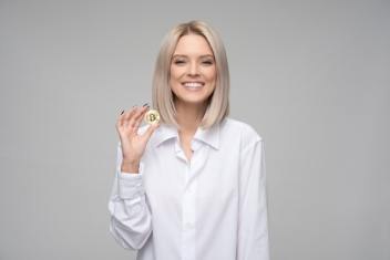 bitcoin w ręce kobiety