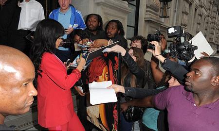 Tak hanya membuat heboh di atas panggung, Rihanna juga menghebohkan para fans yang memenuhi jalanan di depan hotel.