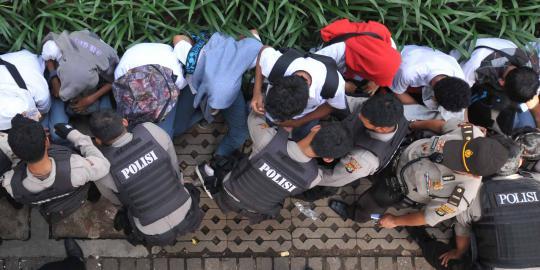 Satpol PP razia pelajar bolos di warnet dan mal