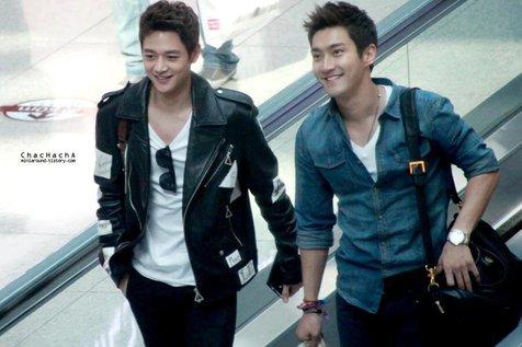 Choi Minho SHINee - Choi Siwon Super Junior di bandara Soekarno Hatta Foto: Twitter @Kpop_anywhere