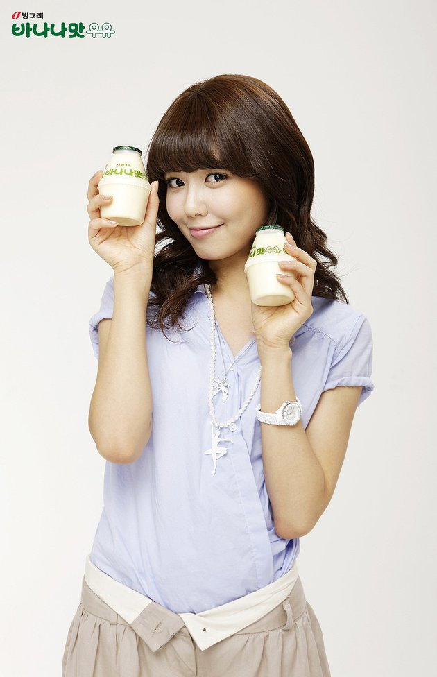 Sooyoung mengambil dua susu botol sekaligus.