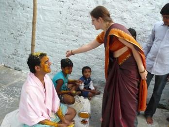 Indiškais drabužiais lietuvė bando gintis nuo nepageidaujamų žvilgsnių ir įkyraus dėmesio.