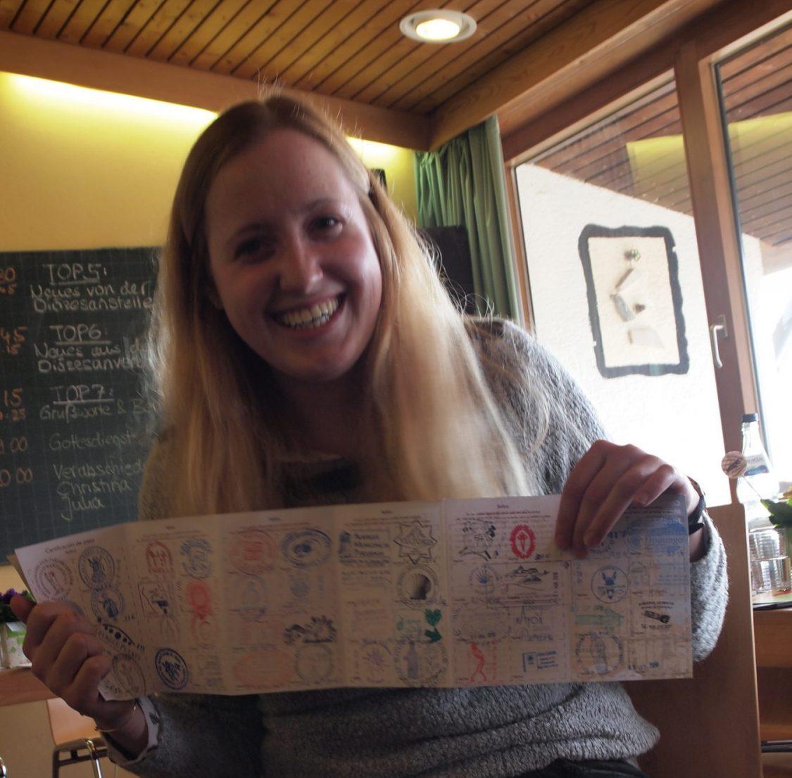 Verena präsentiert stolz ihren Pilgerausweis