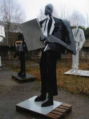 Zeitungsleser 220x140x130 cm 2001 laquered alluminium