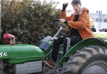 Expl0ited to skúšal na ženy cez traktor. Ako sa mu darilo?