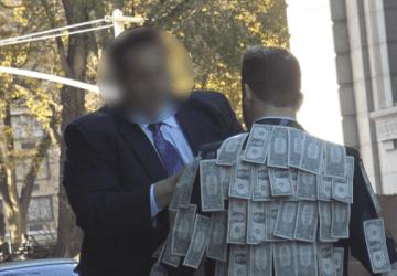 """VIDEO: Obliekol si oblek s peniazmi a vyšiel do ulíc s nápisom """"Vezmi si, koľko potrebuješ."""" Záver ťa prekvapí a dojme"""