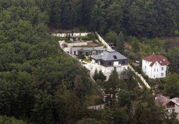 Youtuberi sa vlámali do opustenej Krejčířovej vily. Miliardová nehnuteľnosť ukrýva zlatý výťah či akvárium pre žraloky