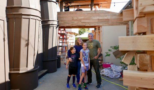 Otec svojim dcéram, milovníčkam Harryho Pottera, vytvoril vernú kópiu Šikmej uličky. Ako vyzerá?
